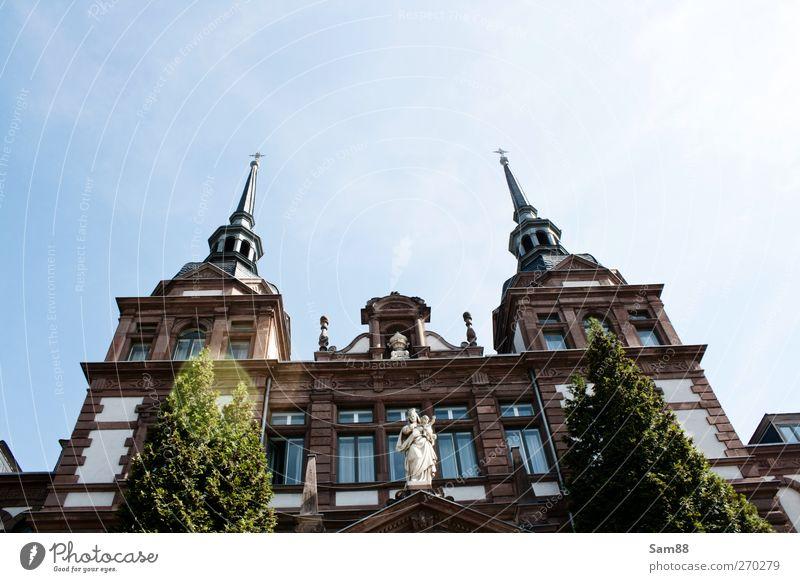 Dem Himmel entgegen Stadt schön Haus Architektur Gebäude Stil Zufriedenheit Fassade Ordnung Kirche ästhetisch Turm Bauwerk Symmetrie Stolz Erwartung