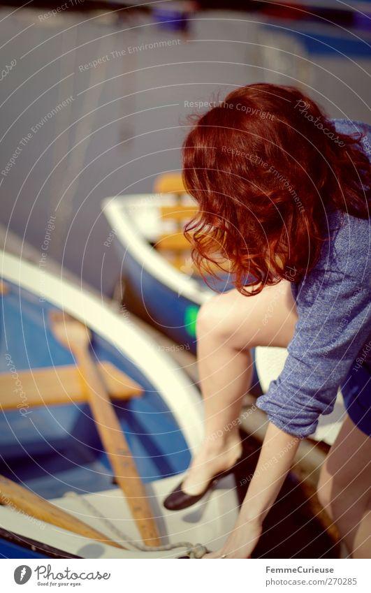 Einsteigen, bitte! Mensch Frau Natur Jugendliche Ferien & Urlaub & Reisen Freude Erwachsene feminin Bewegung Freiheit Küste Beine Wasserfahrzeug Junge Frau