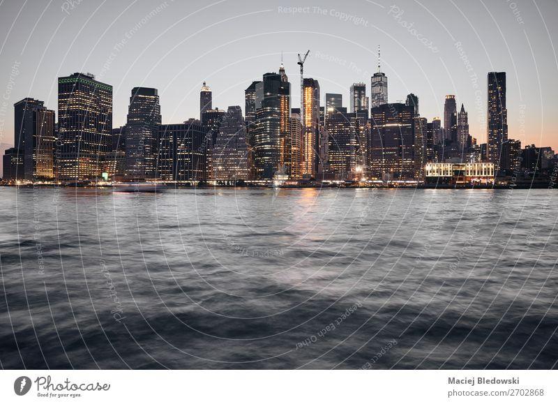Manhattan Skyline bei Sonnenuntergang, New York. Himmel Fluss Stadt Stadtzentrum Hochhaus Gebäude Architektur dunkel Business Kapitalwirtschaft Geld