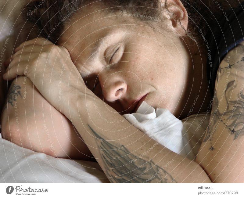 junge tätowierte frau, schlafend Zufriedenheit Erholung Mensch Junge Frau Jugendliche Erwachsene Tattoo einzigartig Müdigkeit Erschöpfung ruhen Morgen Porträt
