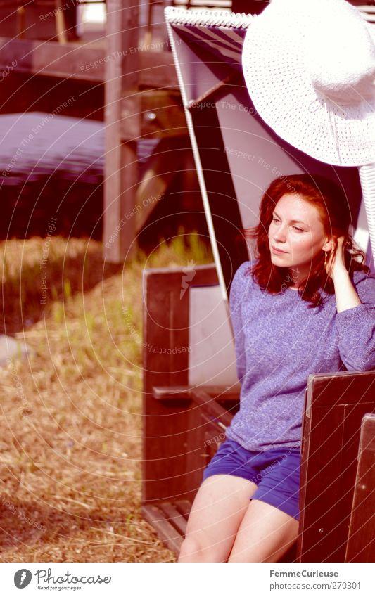 Genießen der Sonnenwärme. Mensch Frau Natur Jugendliche blau Meer ruhig Erwachsene Erholung feminin Wärme Junge Frau See Beine Klima 18-30 Jahre