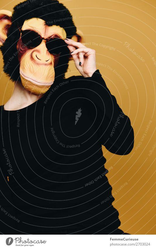 Person wearing a monkey mask and sunglasses 1 Mensch Tier Freude Coolness lässig Sonnenbrille Affen Schimpansen Maske Karnevalskostüm Karnevalsmaske Fell Latex