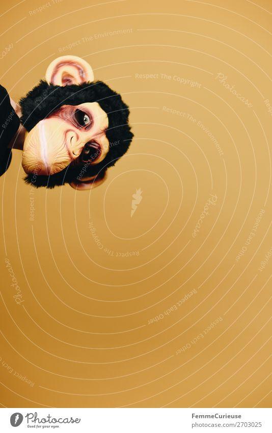 Person with monkey mask looking cheekily into the camera 1 Mensch Tier Freude Maske Affen Schimpansen Fell Latex gelb verkleidet anonym frech lustig Karneval