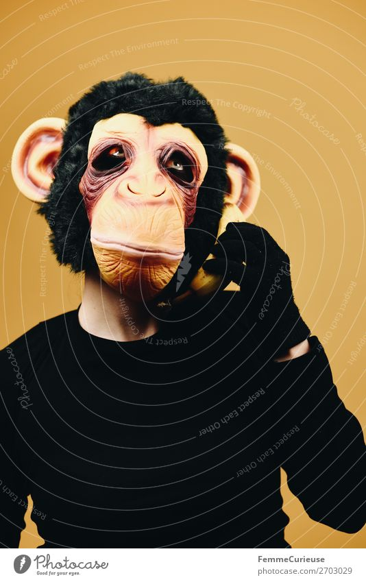 Person with monkey mask using banana as telephone 1 Mensch Freude Kommunizieren Telefon Handy Banane Telekommunikation Affen Schimpansen Maske verkleidet