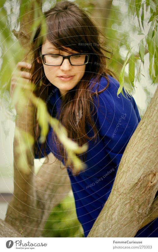 Hochgeklettert. Mensch Frau Natur Jugendliche blau Freude Erwachsene Erholung feminin Spielen Bewegung Freiheit Junge Frau Freizeit & Hobby warten 18-30 Jahre