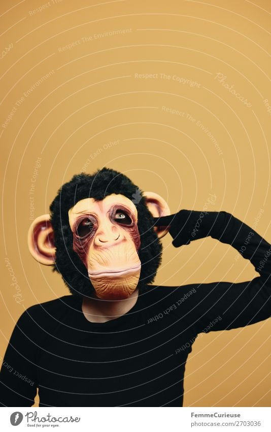 Person with monkey mask drilling dreamingly in ear Freude 1 Mensch Langeweile ohr bohren Ohr Finger verträumt Affen Schimpansen Maske Fell Karneval