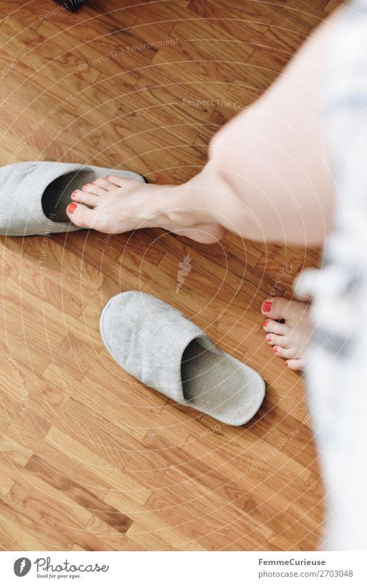 A woman's feet in slippers on parquet flooring feminin Junge Frau Jugendliche Erwachsene 1 Mensch 18-30 Jahre 30-45 Jahre Häusliches Leben gemütlich Schlappen