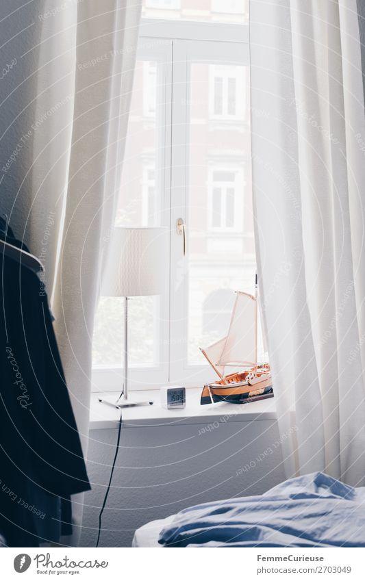 Window sill with decoration and curtains Haus Häusliches Leben Schlafzimmer Tischlampe Lampe Modellboot Vorhang Bettwäsche hell gemütlich