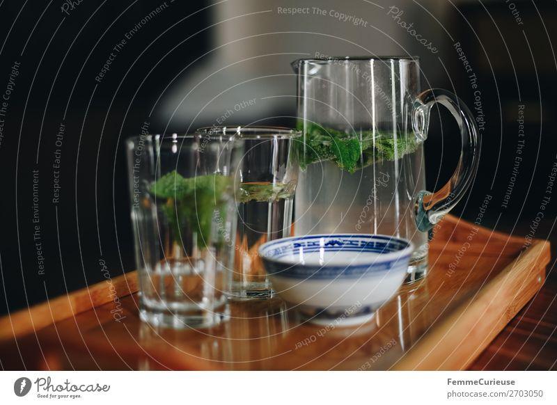 Carafe with water and mint on a wooden tray Getränk Limonade Minze Minzeblatt Wasser Karaffen Glas Wasserglas Tablett Erfrischung Farbfoto Innenaufnahme