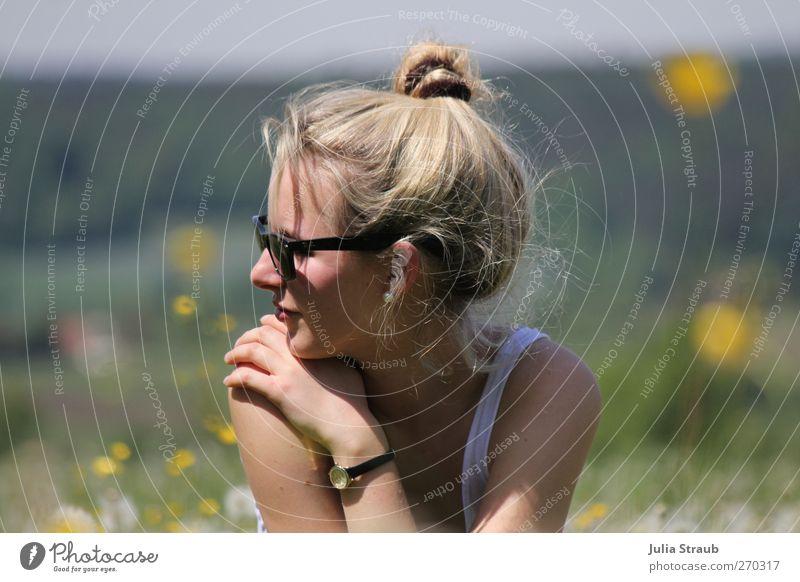 verträumt Mensch Natur Jugendliche Sommer Blume ruhig Erwachsene Ferne gelb feminin Haare & Frisuren Kopf Junge Frau blond 18-30 Jahre Brille