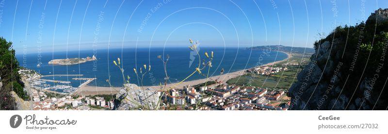 Bucht vor Estartit Wasser Meer blau Stadt Strand Haus Gras Gebäude Küste groß Felsen Insel Dorf Spanien Panorama (Bildformat)