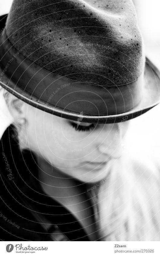l. Stil feminin Junge Frau Jugendliche 18-30 Jahre Erwachsene Mode Hut Denken träumen Traurigkeit blond schön einzigartig retro Vorsicht Gelassenheit