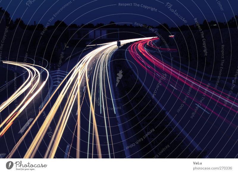 Autobahn bei Nacht Nachtleben Stadt Verkehr Verkehrsmittel Verkehrswege Berufsverkehr Straßenverkehr Autofahren Brücke PKW Geschwindigkeit gelb gold violett