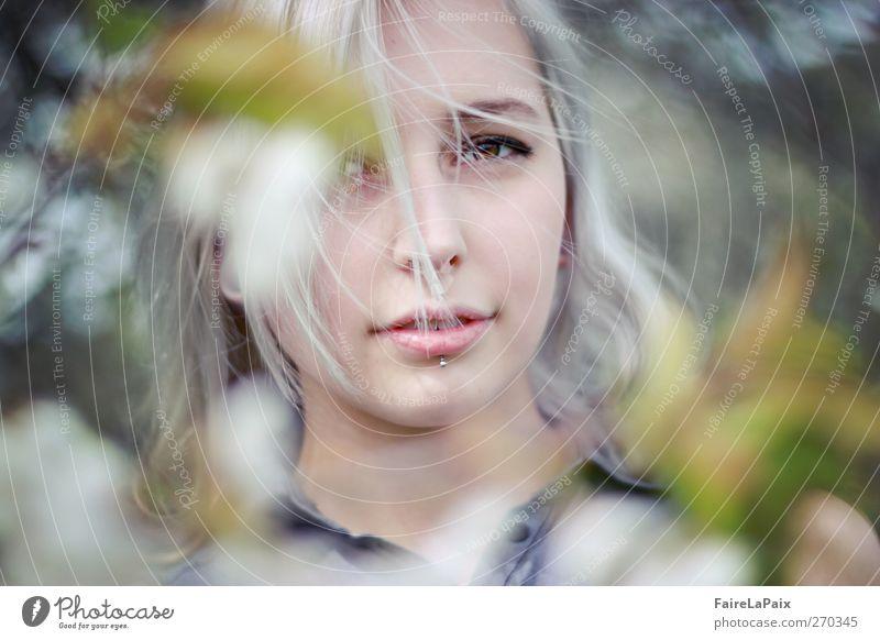 Frühlingserwachen feminin Junge Frau Jugendliche 1 Mensch Natur Pflanze Baum Blatt Blüte Garten Piercing blond weißhaarig langhaarig genießen ästhetisch Duft