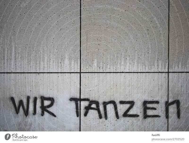 an die wand getanzt Mauer Wand trist Graffiti Betonplatte Tanzen wir gesprüht capslock Wort Information Bildausschnitt schwarz nass fließen tropfend