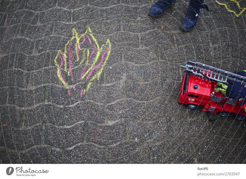 kreidewehr Stadtrand Platz Freude Tatkraft Sicherheit Schutz Leben Angst Feuerwehr Brand spielend Kreide Zeichnung Pflastersteine tatütata löschen rot retten