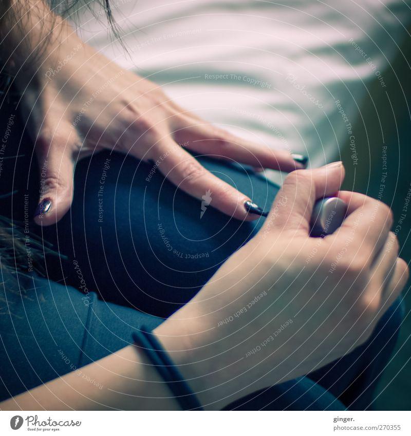 Hiddensee | Vorarbeit Mensch Jugendliche Hand Farbe schwarz Erwachsene feminin Beine Junge Frau glänzend 18-30 Jahre Finger Pinsel Fingernagel verschönern Lack