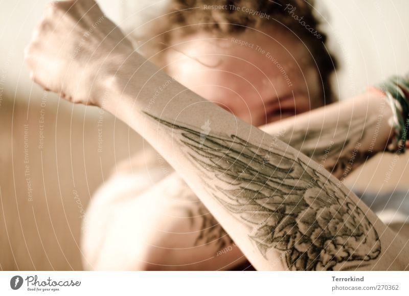 Hiddensee | gutes.wesen. Frau Sonne feminin Haare & Frisuren Arme Flügel Tattoo Rastalocken gekreuzt provokant