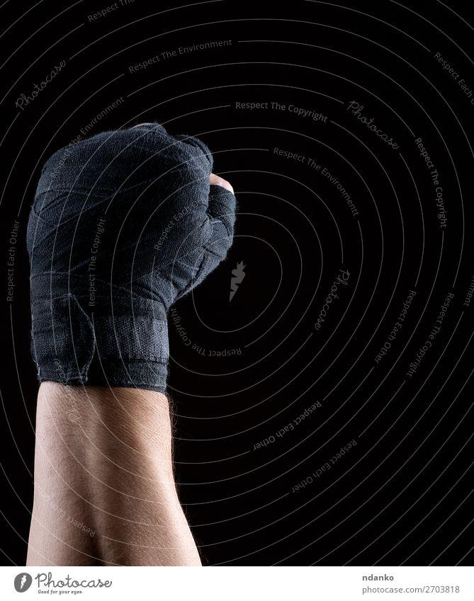 Die Hand ist in eine schwarze Sporttextilbinde gehüllt. Lifestyle Fitness Leichtathletik Mann Erwachsene Finger 1 Mensch 30-45 Jahre Aggression dunkel stark