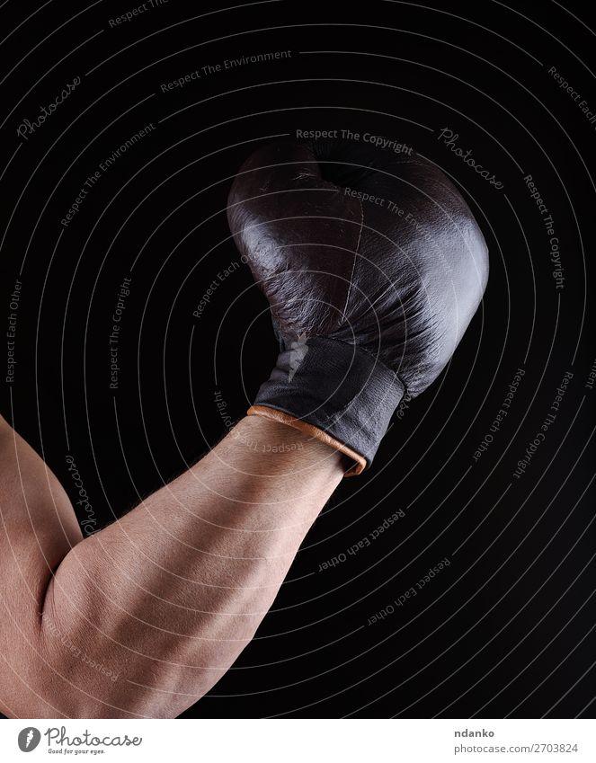 Die Männerhand trägt einen braunen Lederboxhandschuh. Lifestyle Körper sportlich Fitness Sport Sportler Erfolg Hand 30-45 Jahre Erwachsene Handschuhe alt stehen