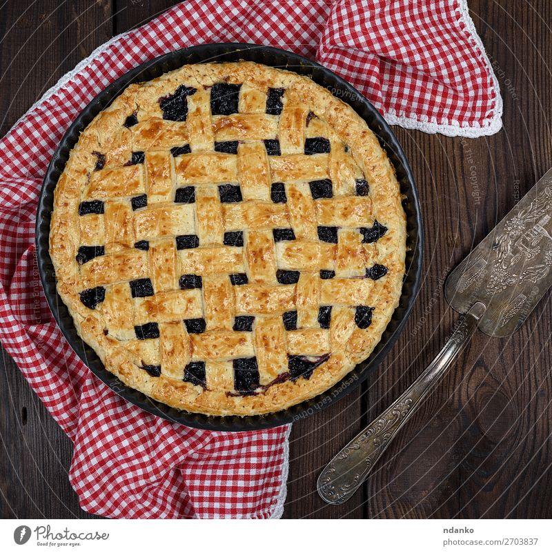 gebackener runder schwarzer Johannisbeertorte Frucht Teigwaren Backwaren Kuchen Dessert Ernährung Teller Tisch Küche Holz frisch lecker oben braun rot weiß