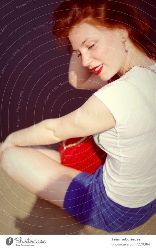 Warm hier! Mensch Frau Jugendliche Ferien & Urlaub & Reisen schön rot Sommer Meer ruhig Erwachsene Erholung feminin Stil Junge Frau Zufriedenheit Haut