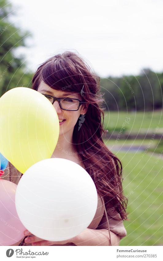 Überraschung! Mensch Frau Jugendliche schön Sommer Freude Erwachsene Wiese feminin Junge Frau Freundschaft Park 18-30 Jahre Geburtstag Ausflug Luftballon