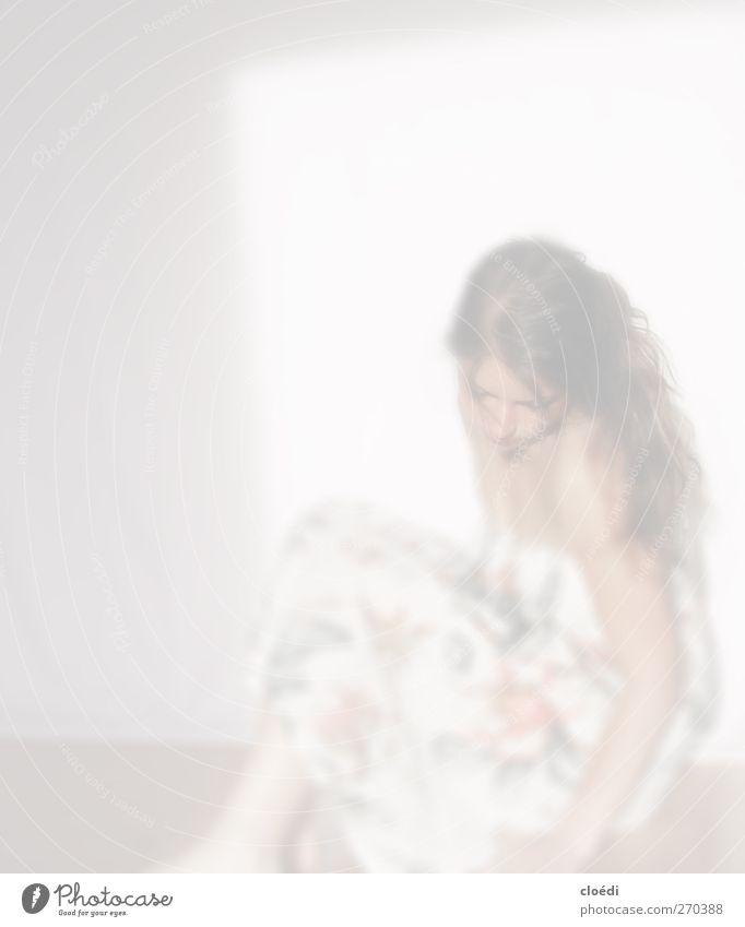 tanzt allein Blume Kleid brünett langhaarig Wärme weich Warmherzigkeit Farbfoto Licht Schwache Tiefenschärfe