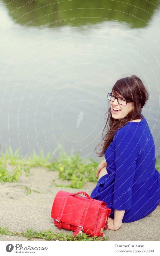 Meine rote Tasche und ich. Mensch Frau Natur Jugendliche blau schön rot Sommer Freude Erwachsene feminin Freiheit lachen See lustig Junge Frau