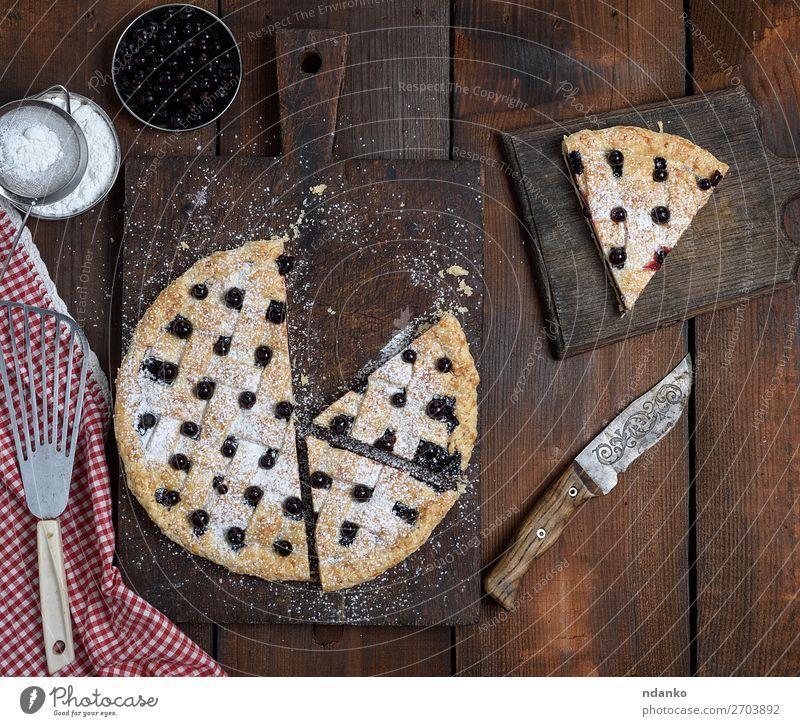 gebackener runder schwarzer Johannisbeertorte Frucht Kuchen Dessert Süßwaren Ernährung Messer Tisch Holz frisch lecker oben blau braun gold weiß Hintergrund