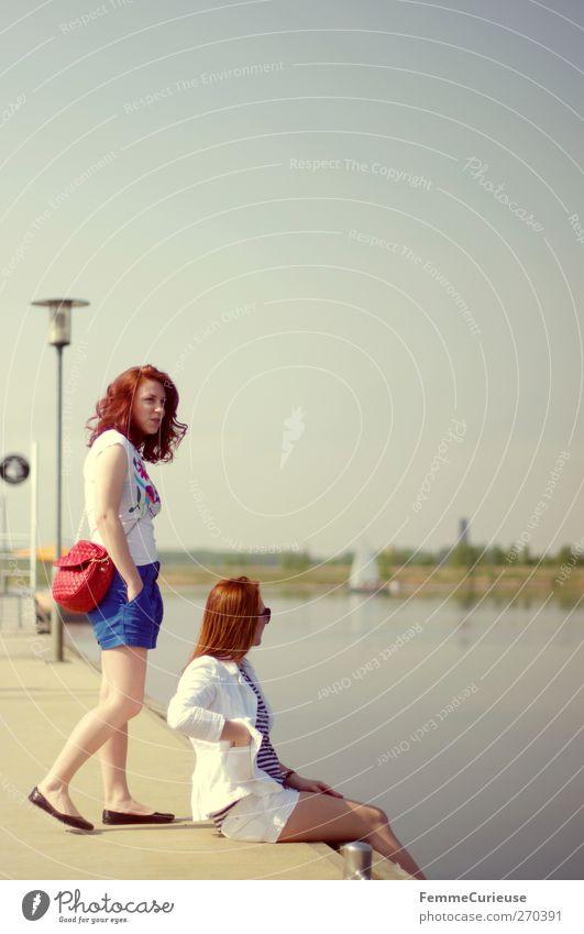 Bereit, an Bord zu gehen! Mensch Frau Natur Jugendliche Ferien & Urlaub & Reisen schön Sonne Sommer Erwachsene Erholung feminin Bewegung Freiheit Freundschaft Junge Frau Freizeit & Hobby