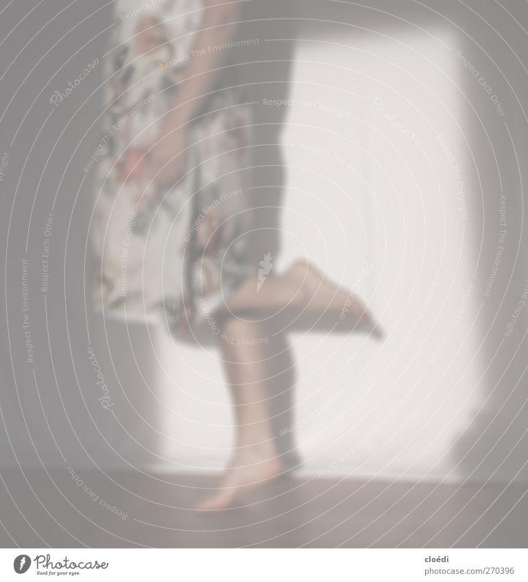 tanzt und tanzt auf einem Bein feminin Wärme springen Stimmung Tanzen Fröhlichkeit Kleid Lebensfreude Frühlingsgefühle