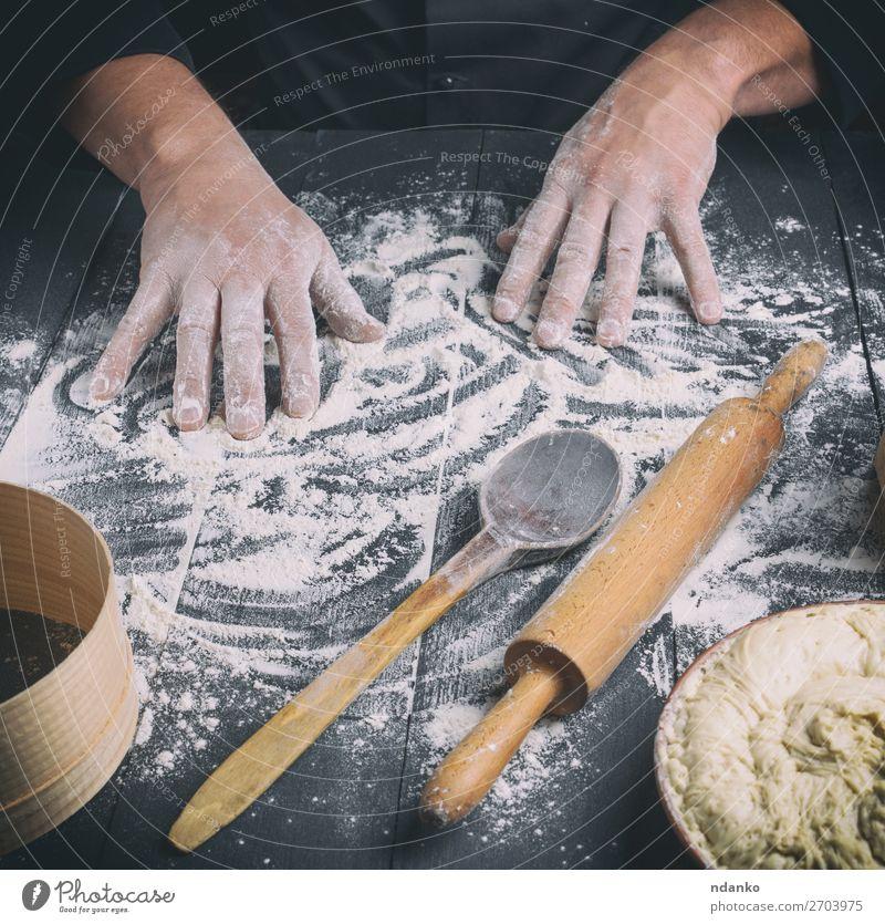 weißes Weizenmehl auf einem schwarzen Holztisch Teigwaren Backwaren Brot Löffel Tisch Küche Arbeit & Erwerbstätigkeit Koch Mensch Mann Erwachsene Hand machen