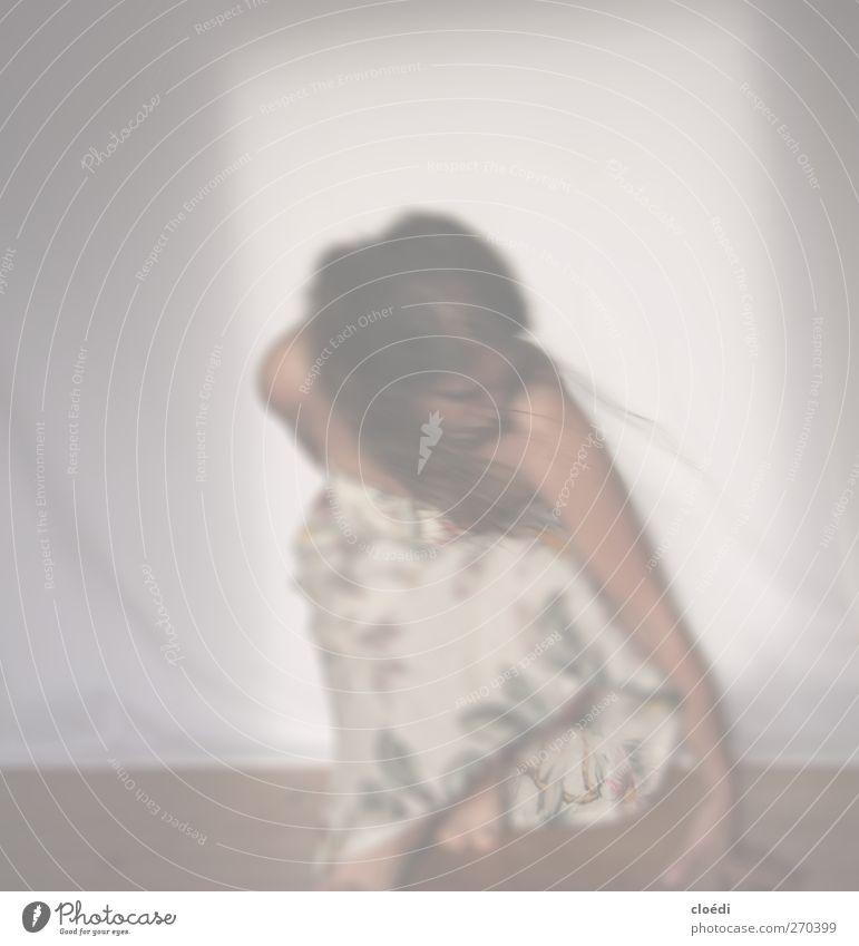Erdung feminin Junge Frau Jugendliche 1 Mensch 18-30 Jahre Erwachsene Kleid brünett langhaarig hocken Tanzen Farbfoto Licht Sonnenlicht Bewegungsunschärfe