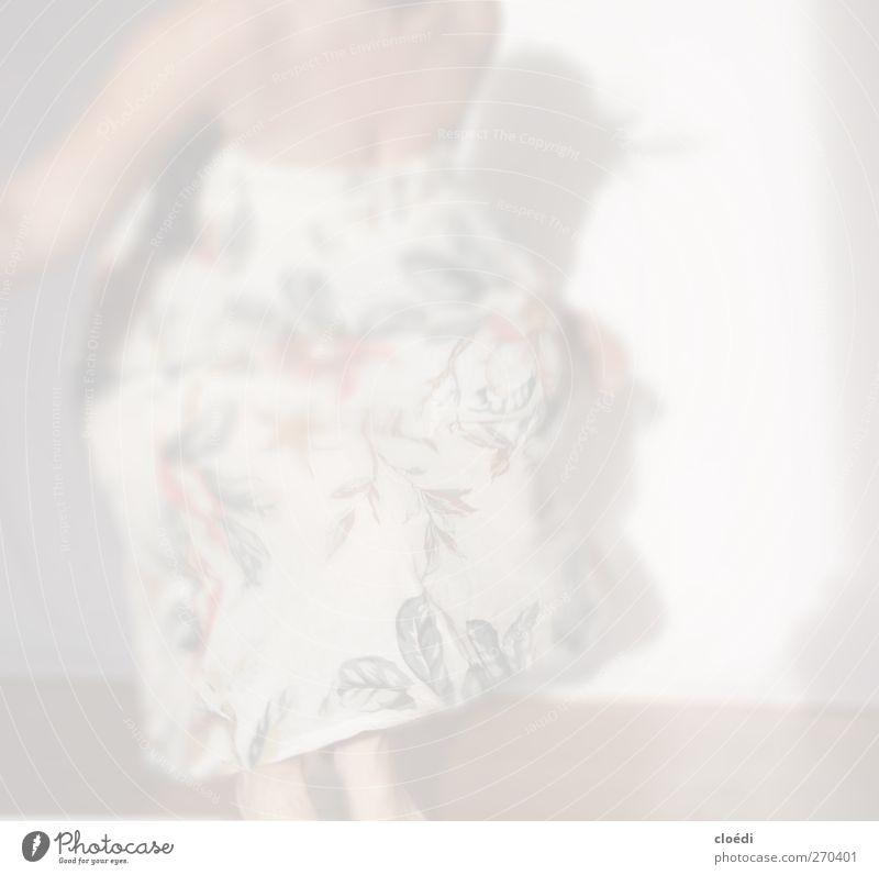 mit dem Hasen tanz ich nicht Junge Frau Jugendliche 1 Mensch 18-30 Jahre Erwachsene Tanzen Kleid Bewegung springen Geschwindigkeit Freude Fröhlichkeit Leben