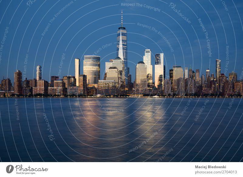 New York City Skyline bei Sonnenuntergang, USA Büro Himmel Nachthimmel Fluss Stadt überbevölkert Hochhaus Gebäude Architektur einzigartig elegant