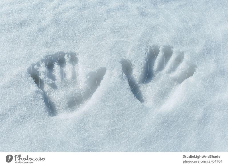 Handabdrücke im Schnee Spielen Winter Kind Mensch Kindheit Kunst Fährte einfach frisch weiß Handflächen zwei Spuren Abdruck Aufdrucke tief kalt Hintergrund