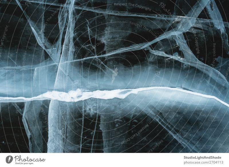 Gebrochenes Eis, das wie ein Blitz aussieht. Meer Winter Schnee Natur Blitze Gletscher See Fluss Kristalle Ornament Linie frieren dunkel natürlich schwarz weiß
