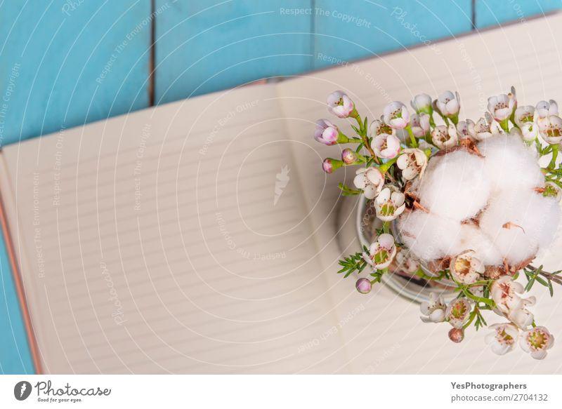 Blumenarrangement und leeres Notizbuch im Hintergrund Sommer Feste & Feiern Valentinstag Muttertag Hochzeit Pflanze Papier Liebe Fröhlichkeit Ordnung Frühling