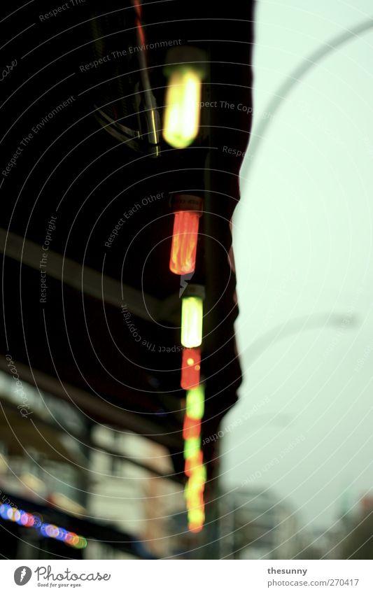 stadtlichter rot gelb kalt Lampe Kunst dreckig nass leuchten Dach trist hängen Markise