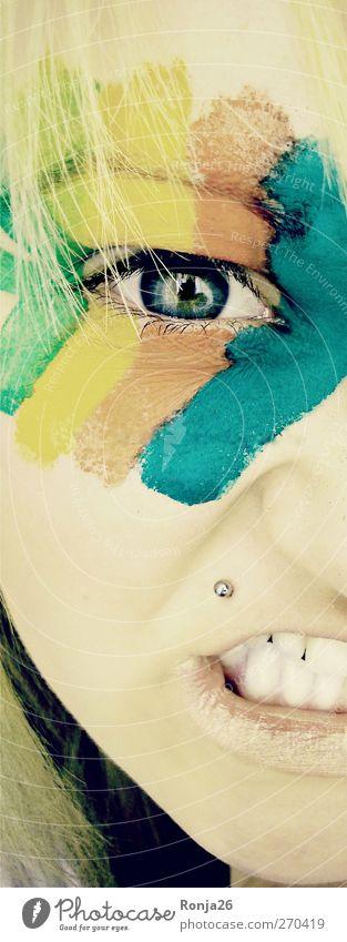 verärgert. Jugendliche blau grün Farbe Gesicht Auge gelb feminin Leben Haare & Frisuren Junge Frau orange blond außergewöhnlich Haut 13-18 Jahre