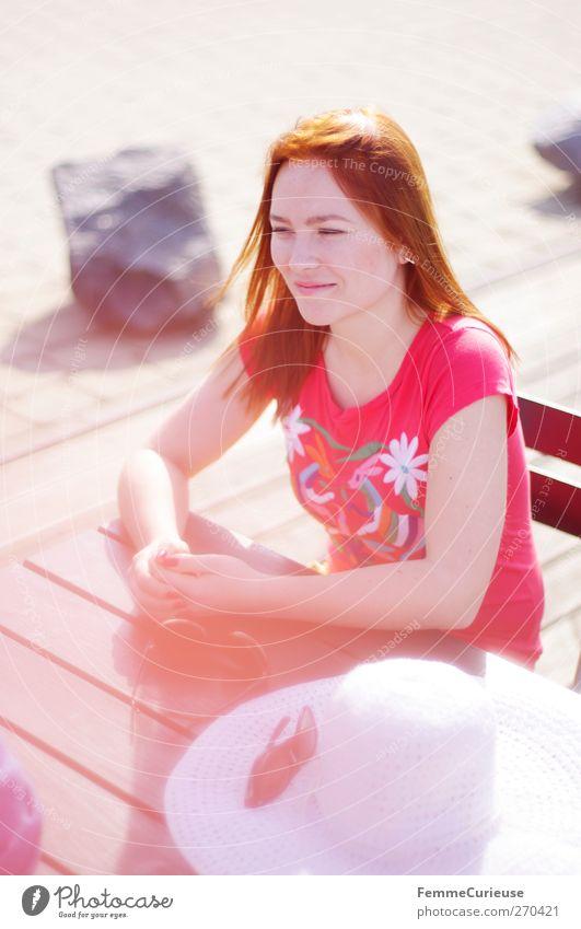 Glänzendes Haar. Mensch Frau Jugendliche Ferien & Urlaub & Reisen Sommer Erwachsene Erholung feminin sprechen Haare & Frisuren Junge Frau Zufriedenheit glänzend Freizeit & Hobby warten Ausflug