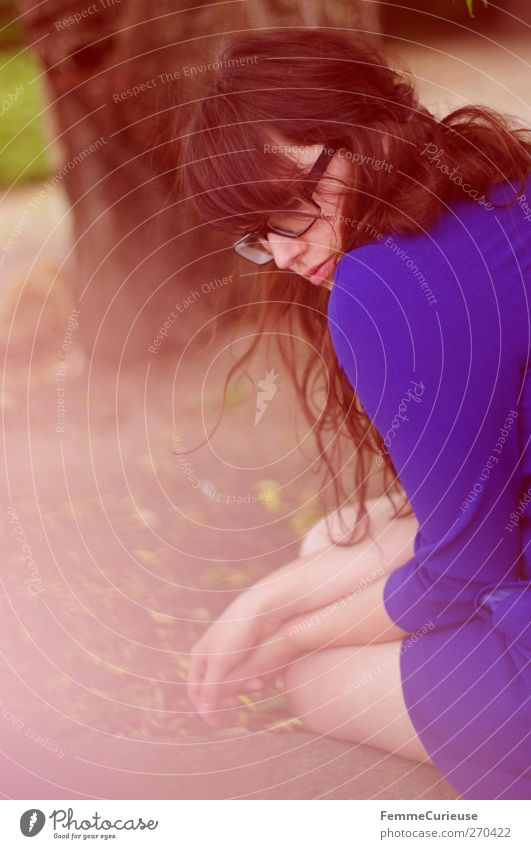 Auszeit. Mensch Frau Natur Jugendliche blau Einsamkeit Erwachsene Liebe feminin Garten Traurigkeit Park Junge Frau sitzen 18-30 Jahre nachdenklich