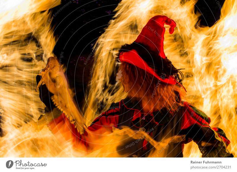 eine Hexe steht in einem Feuer Frau Mensch Erwachsene feminin Bewegung Kunst Tanzen historisch Hut gruselig Theaterschauspiel Bühne Schauspieler