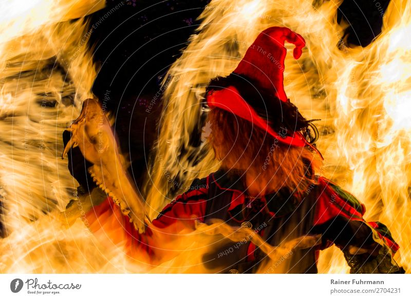 """eine Hexe steht in einem Feuer Mensch feminin Frau Erwachsene 1 Kunst Theaterschauspiel Bühne Schauspieler Hut Bewegung Tanzen gruselig historisch """"Hexe"""