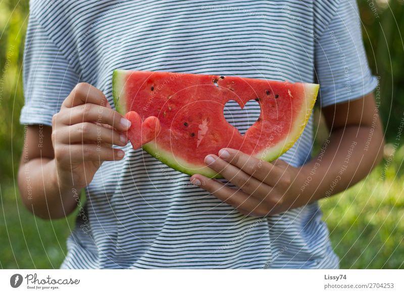 Ein Herz und eine Melone Lebensmittel Frucht Melonen Vitamin Gesunde Ernährung Kind Schule Mensch Mädchen Kindheit Hand 1 8-13 Jahre frech Freundlichkeit