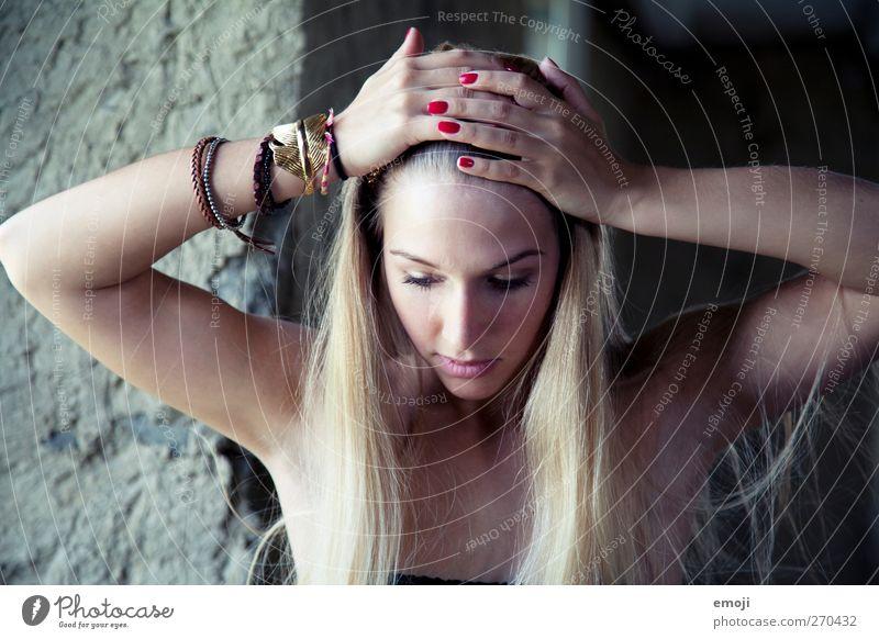 it's so cold outside Mensch Jugendliche Hand schön Erwachsene Gesicht kalt feminin Kopf Junge Frau blond 18-30 Jahre Beautyfotografie langhaarig