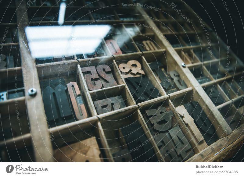 Die Box Ausstellung Museum Medien Architektur Mauer Wand Schreibwaren Kitsch Krimskrams Holz Glas Zeichen Schriftzeichen Ziffern & Zahlen Ornament Kommunizieren