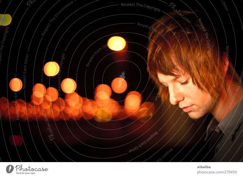 Bokeh touched my soul Mensch Jugendliche rot ruhig schwarz Erwachsene gelb dunkel Gefühle Haare & Frisuren Traurigkeit Kopf Junger Mann Stimmung 18-30 Jahre