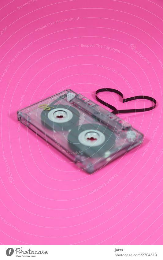 lovesong Musik Musik hören Sympathie Freundschaft Zusammensein Liebe Herz Kassettenrekorder Farbfoto Studioaufnahme Menschenleer Textfreiraum oben